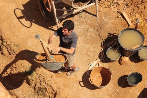 préparation des enduits à l'argile avec la terre du terrain